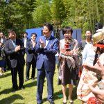 安倍総理と障害者との集いにて安倍夫妻と石見神楽を楽しむ衛藤議員(平成28年6月2日 首相官邸)