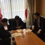 茂木政調会長への障害者による文化芸術活動の推進に関する法案説明(平成28年11月15日党本部)