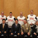 東日本大震災チャリティー試合で来日したアイスホッケーチーム(アメリカ・ポートランド)と安倍晋三総理とともに面会2。(平成25年4月8日 官邸)